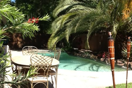Inviting bungalow with garden and pool near IAH.