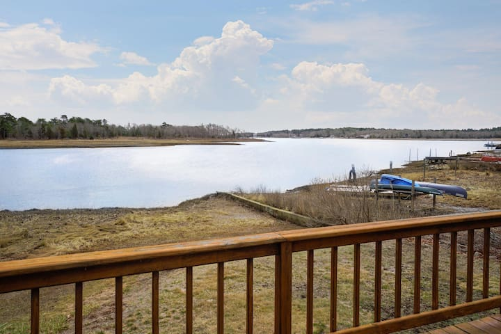 Lovely waterfront cottage w/ deck & river views - steps from a beach park!