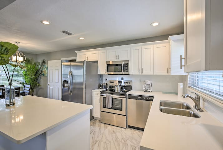 Newly Renovated Clearwater House - 5 min to Beach!