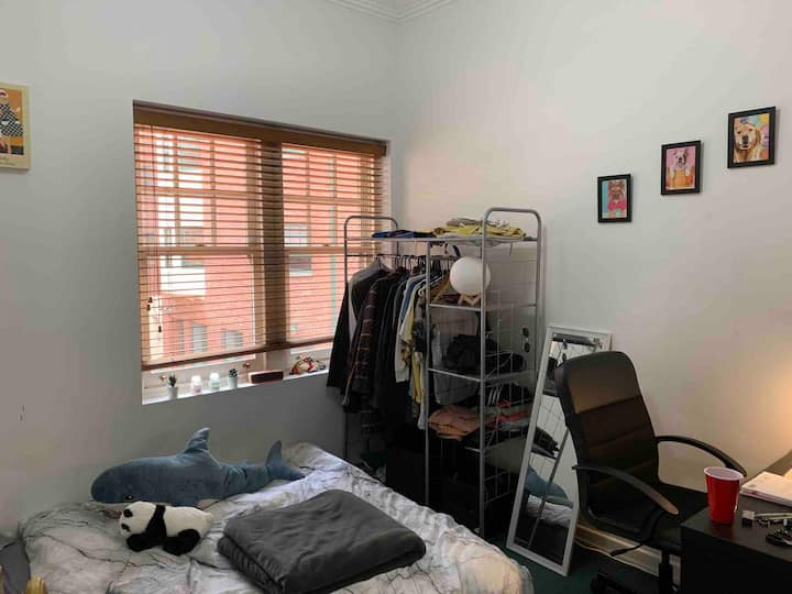 Cozy private room in Carlton, prefer longer stay