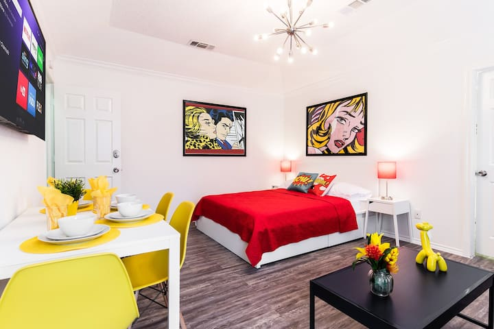 Pop Art Studio with all amenities and Backyard