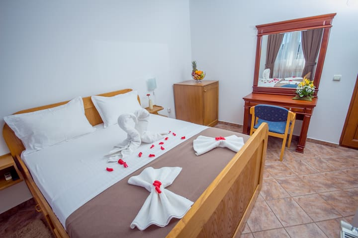 Hotel Pharos-Charming Double Room - Bar - Hus