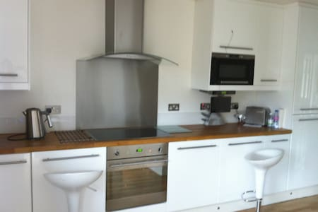 Welcome to a modern home in Enfield - London - Bed & Breakfast