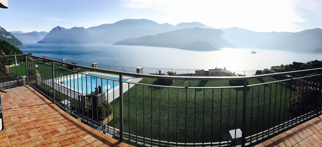 A very large terrace with amazing view on the lake - Tavernola Bergamasca - Rumah