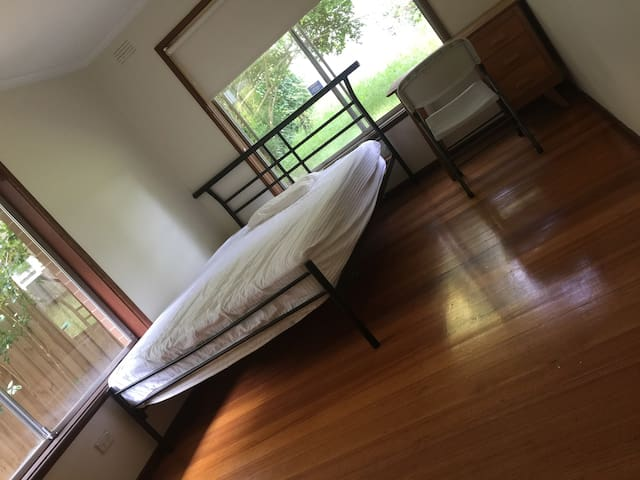 Rm1 Cozy room in a quiet and convenient location.