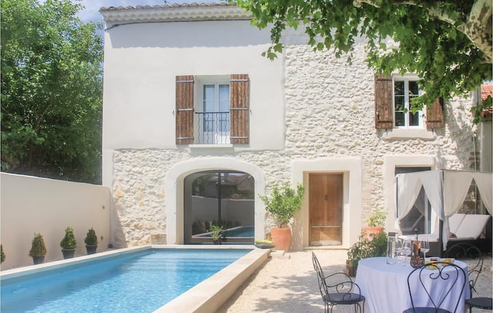 Stunning home in Vedène with WiFi and 3 Bedrooms