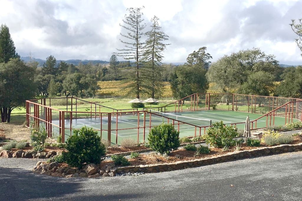 Tennis & Wine paradise in Sonoma county. Located in prestigious Vine Hill road, Russian River appellation . Two tennis courts, one actually indoor Har Tru clay !
