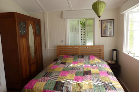 Beautiful room in a groovy area close to the city! - Red Hill - Dom