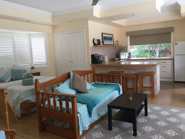 Osprey Room, Private Apt, own kit and bath - Dundowran Beach - Bed & Breakfast
