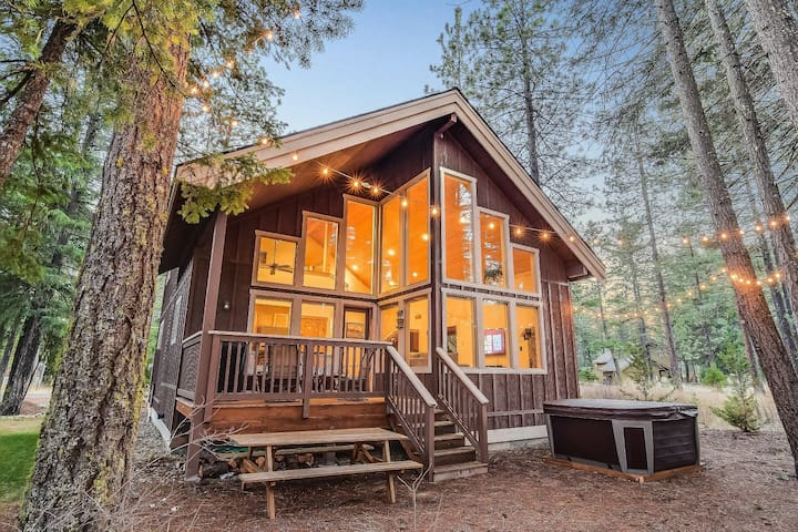 Stylish Pet-Friendly Cabin_4th Nt FREE_Hot Tub_Game Rm_Summer Pool Acces_WiFi