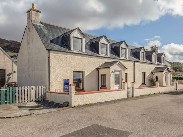 THE OLD ARMOURY, family friendly in Gairloch, Ref 969894
