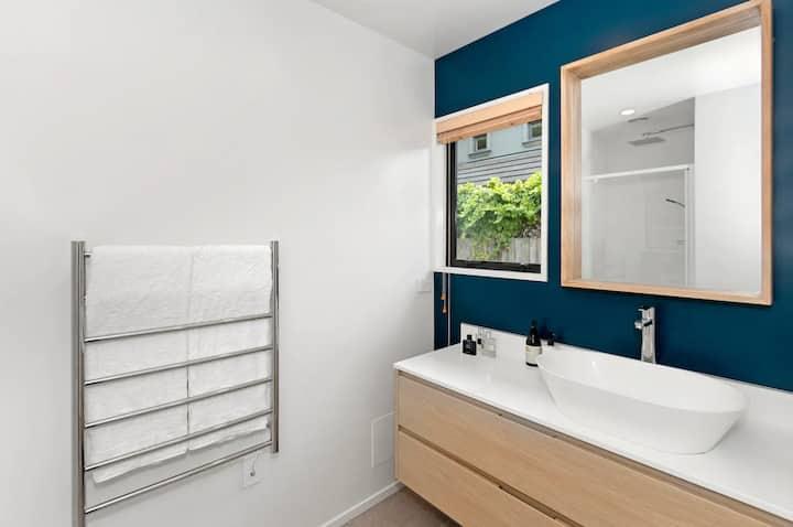 Modern Merivale Village Apartment with Garden