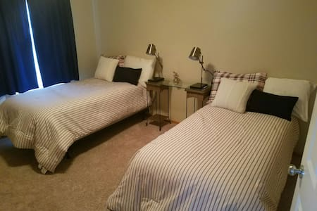 Comfy private room and bath near I-35 - Ankeny - Apartment