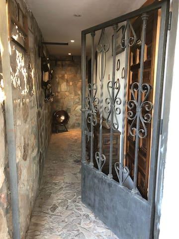 Puerta de entrada a Bodega subterránea