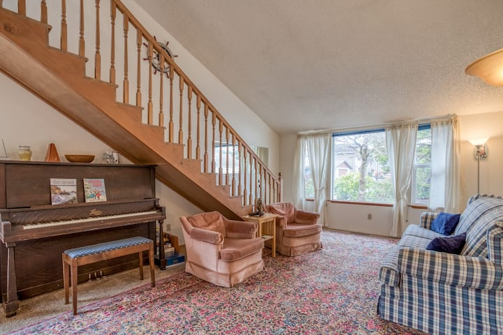 Easy Access to Prom, Beach and River in this Seaside Charmer with King Suite!