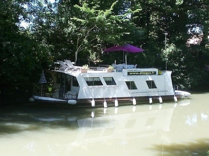 Bateau sur le Canal du midi proche de Toulouse