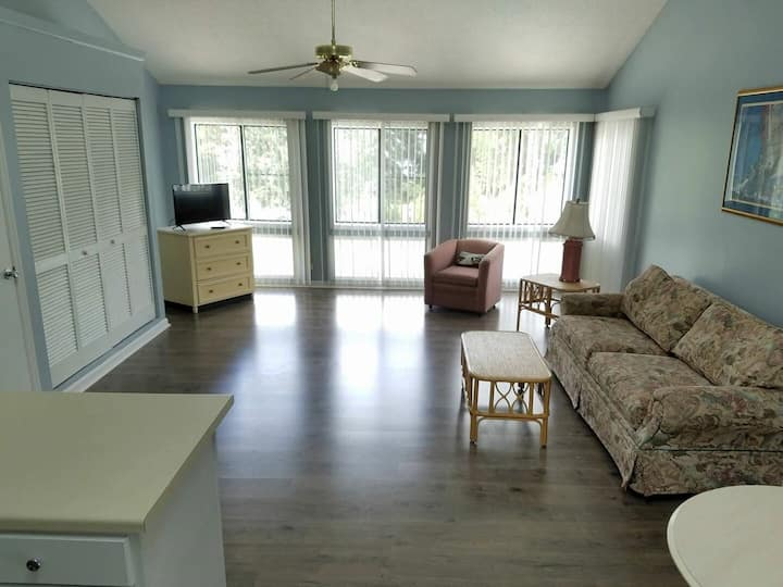 Golf Colony 8-O studio-Just 2 miles to the beach!