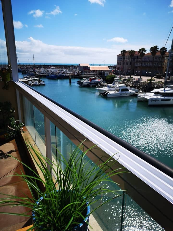 Indulge yourselves - upmarket waterfront apartment