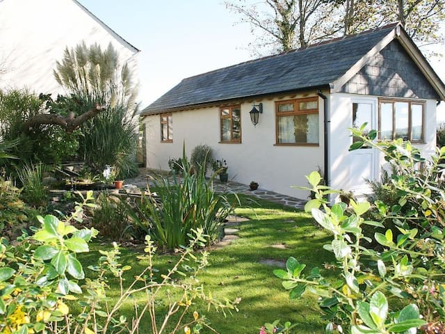 LITTLE LANXON, pet friendly, with a garden in Bodmin, Ref 959395