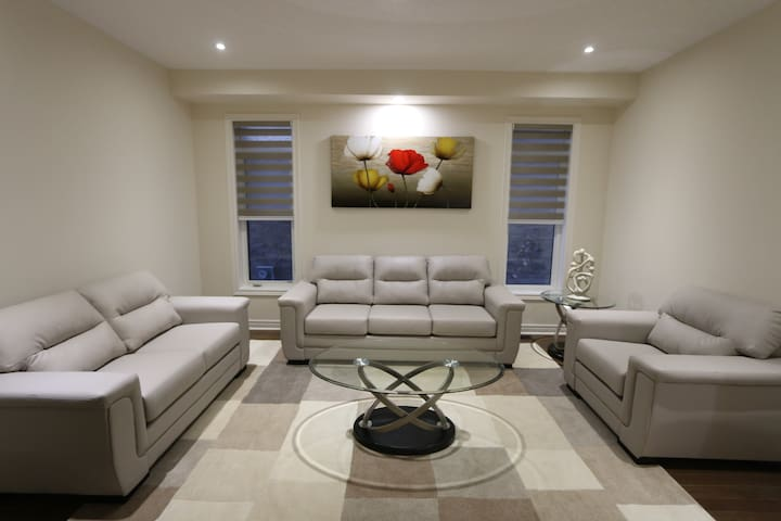 NEW 4BR/2.5WR furnished house in Bradford Ontario! - Bradford West Gwillimbury - Casa