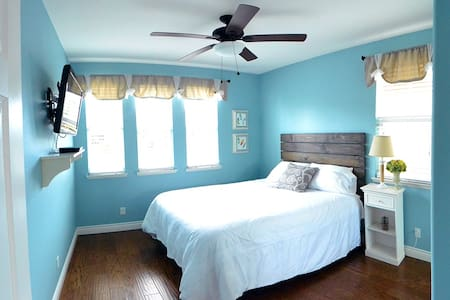 Comfy 2 bedroom, 1 bath unit with private entrance