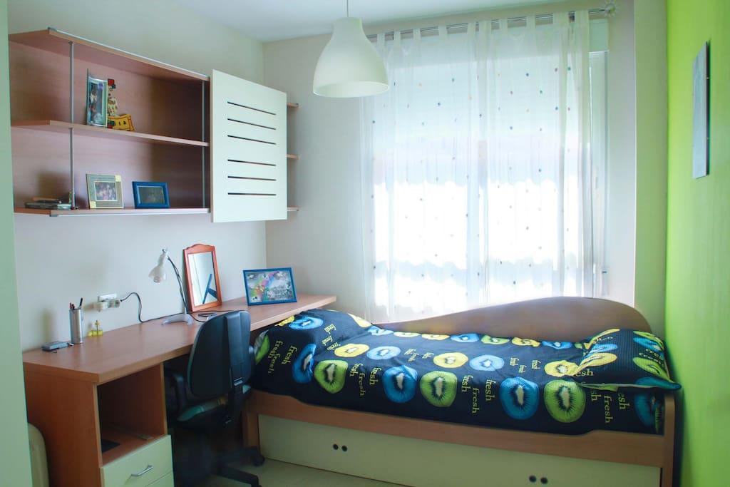 Dos cama individuales, un de ellas se saca de abajo