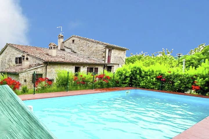 Acogedora mansión en Mercatello sul Metauro con piscina