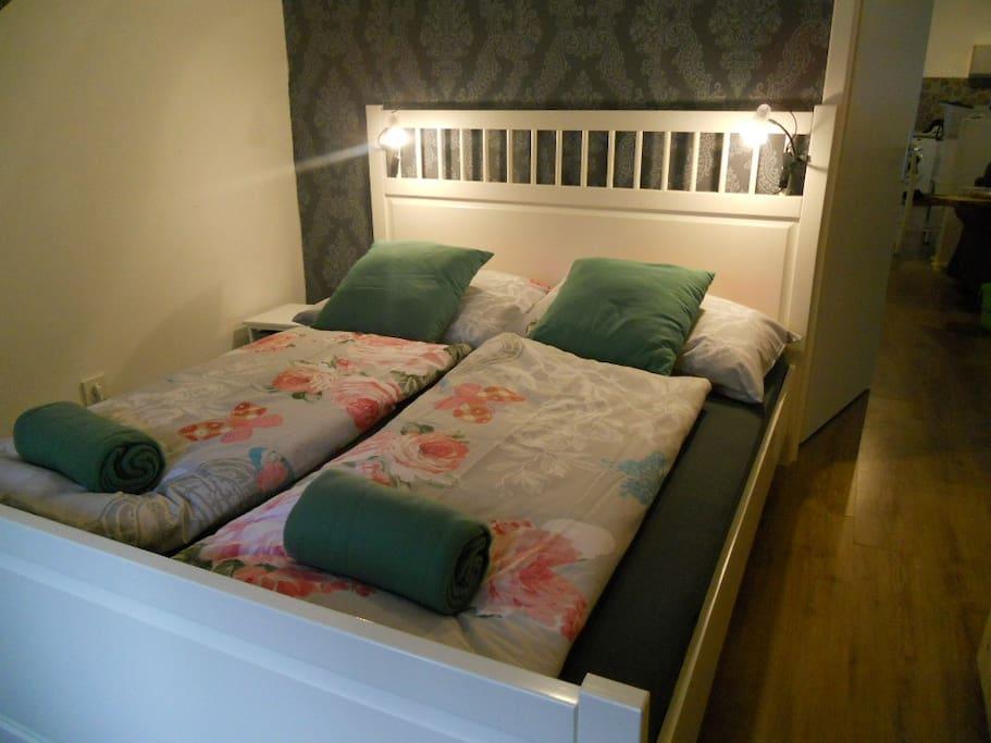 Schlafzimmer 1 mit gesunder Baumwollwäsche - ein Fenster