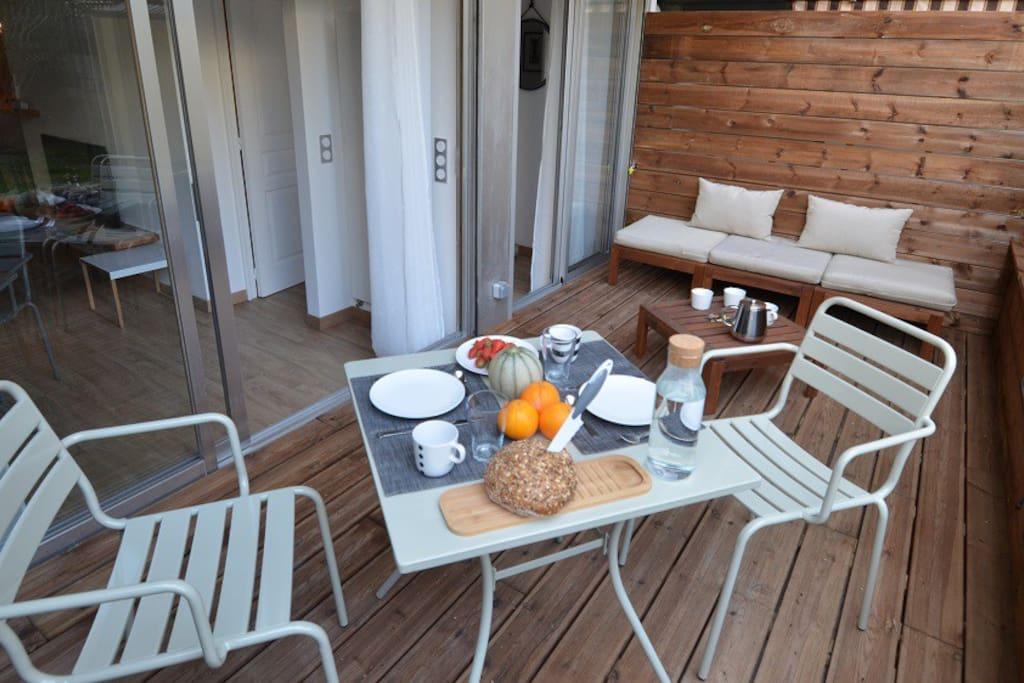 La terrasse est calme et agreable pour les petits déjeuners, aperitifs, diners et la sieste !