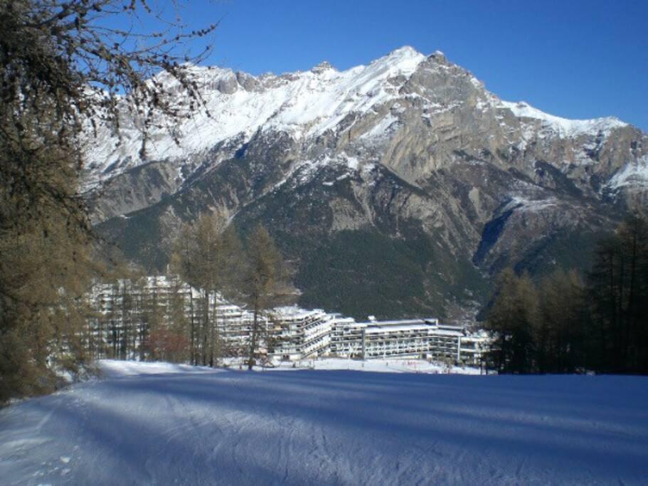 la vue à partir de l'appartement, et les pistes de ski