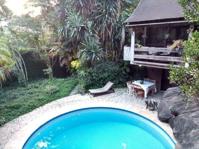 Na Floresta da Tijuca, duas lindas casas.