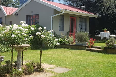 Petit Rose Cottage. Vintage Romantic Retreat.
