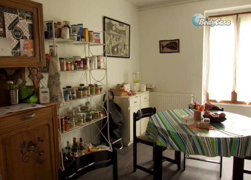 petite chambre mansard e pour une personne appartements louer nevers bourgogne franche. Black Bedroom Furniture Sets. Home Design Ideas
