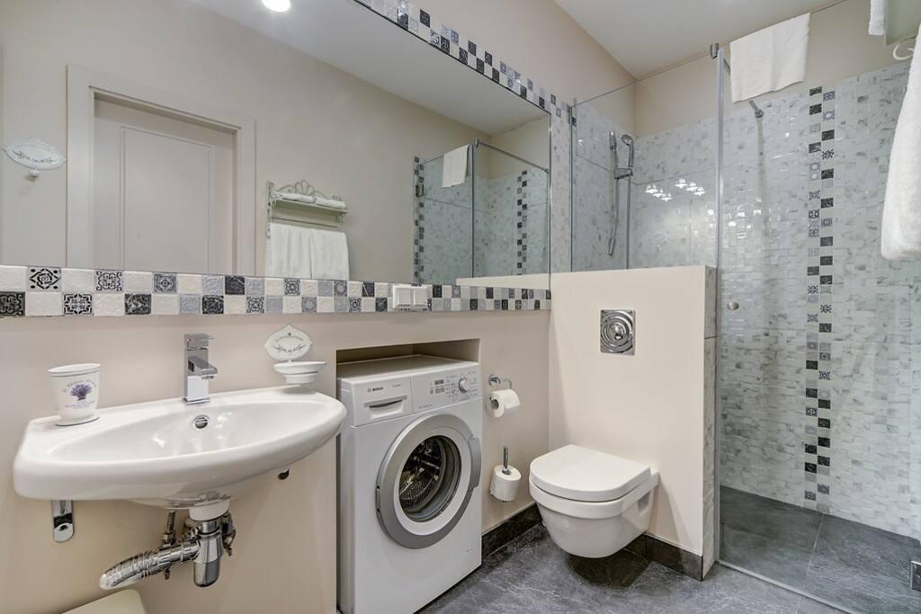 Ванная комната с душем (вход из спальни и гардеробной)