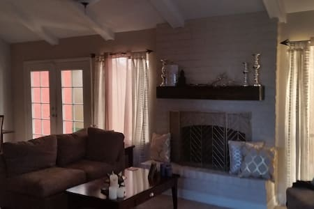 Charming Home w Queen Size Bed & Pool - Casa