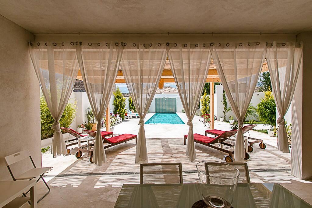 vista de la piscina desde la cocina exterior