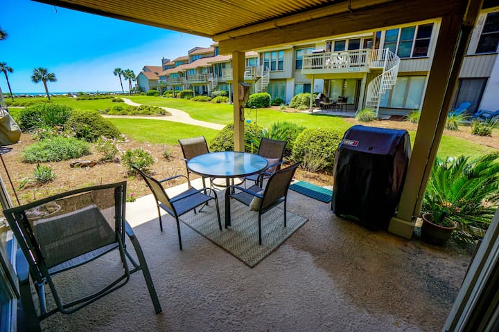 Paradise! 3 minutes from beach, pools, dining.