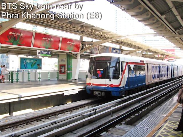 5 minutes walk to BTS E8 Phra Khanong Station