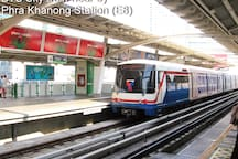 5 minutes walk to BTS E8 Phra Khanong Station