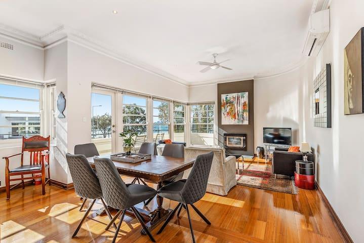 Open plan Art Deco apartment, bay & city views