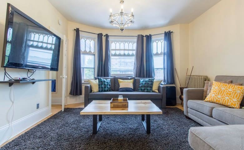 Lovely Chinatown 2 Bedroom with Sunroom