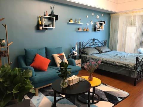 铜山万达  师范大学  55平 大床房 可做饭  百寸投影播放  房屋内干净温馨  给你不一样的感受