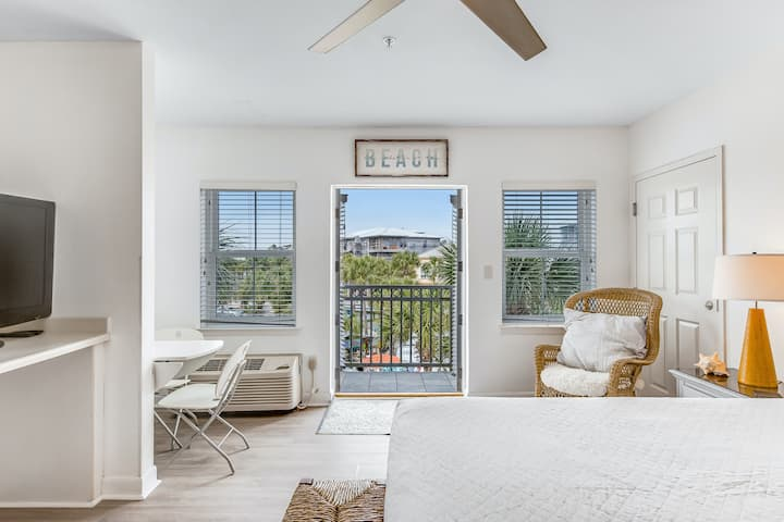 Adorable studio for two just steps from the beach - shared pool & tennis courts!