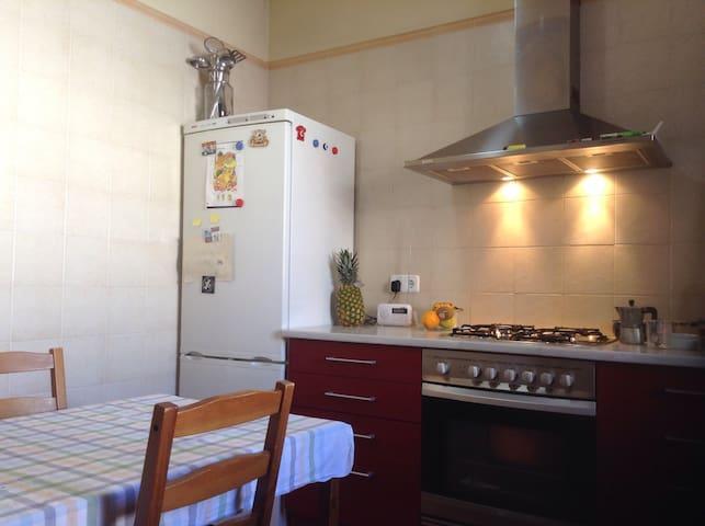 Room 20m2 in cute SUPER centric apartment - Mataró - Apartment