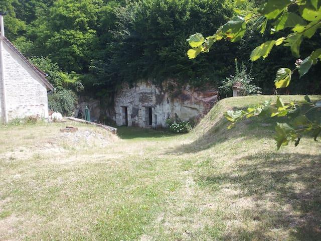 Vue sur les annexes troglodytes et jardin