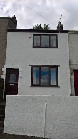 Modern, city centre terraced house. - Swansea - Casa