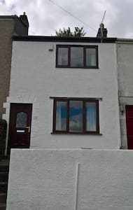 Modern, city centre terraced house. - Swansea