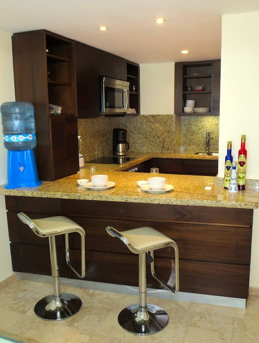 Kitchen bar area - great for breakfast or to sip a glass of wine while someone else cooks for you ;)