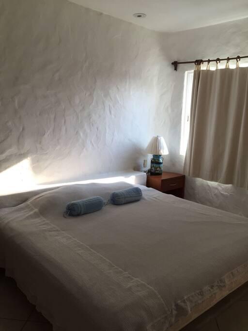 Recamara principal con cama kingsize y baño propio