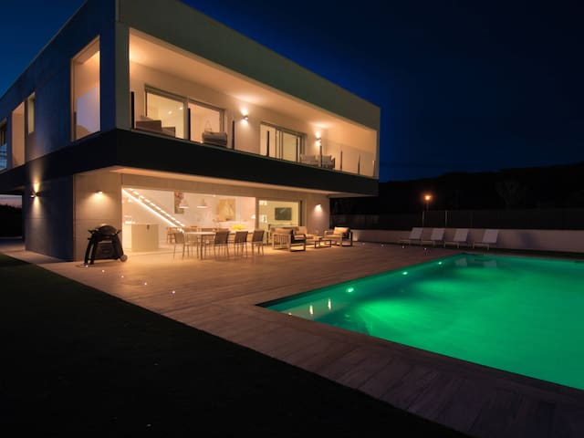 Spectacular chalet design, 2 floors with garden and private swimming pool